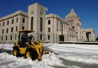 前日からの大雪のため、除雪作業が行われた国会議事堂=東京都千代田区で2018年1月23日午前9時31分、川田雅浩撮影