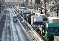 大雪の影響もあり、大渋滞する環状八号線の外周り=東京都世田谷区で2018年1月23日午前8時17分、小出洋平撮影