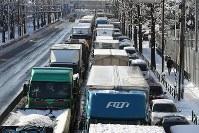 大雪の影響もあり、大渋滞する環状八号線=東京都世田谷区で2018年1月23日午前8時19分、小出洋平撮影
