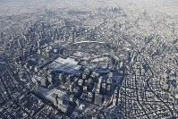 雪化粧したJR東京駅(手前)と皇居周辺=東京都中央区で2018年1月23日午前8時24分、本社ヘリから