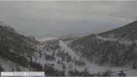 草津白根山から立ち上る噴煙と噴石=草津白根山ゴンドラ雲上ライブカメラの映像から(草津温泉観光協会提供)