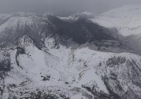 噴火した草津白根山の火山灰で覆われた山。中央はスキー場=群馬県草津町で23日午後0時10分、本社ヘリから