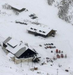 噴火した草津白根山のふもとにあるスキー場のロッジ付近に集まった救急車=2018年1月23日午後0時16分、本社ヘリから