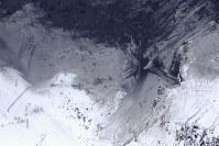 噴火した草津白根山の火山灰をかぶったスキー場のゲレンデ=群馬県草津町で2018年1月23日午後0時11分、本社ヘリから