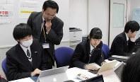 生徒らにアドバイスする田辺則彦特任教諭=大阪府河内長野市の清教学園高校で