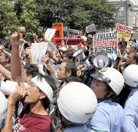 排外主義的なデモに抗議の声を上げる市民ら。「ネオ・ナショナリズム」に抗する動きも広まりつつある=川崎市中原区で2017年7月16日、後藤由耶撮影
