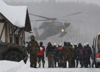 A Japan Self-Defense Force helicopter carrying skiers rescued from Mount Kusatsu-Shirane takes off in the town of Kusatsu, Gunma Prefecture, on Jan. 23, 2018. (Mainichi)