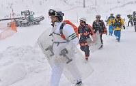 山頂付近の捜索に向かう警察官ら=群馬県草津町の草津国際スキー場で2018年1月24日午前10時2分、藤井達也撮影
