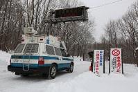 現場に向かう警察車両=群馬県草津町で2018年1月24日午前8時26分、小出洋平撮影