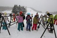 白根山噴火から一夜明け、一部営業再開した草津国際スキー場を訪れるスキー客=群馬県草津町で2018年1月24日午前9時6分、小出洋平撮影