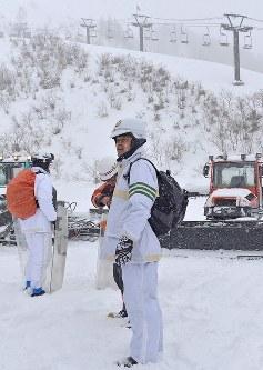 山頂付近の捜索に向かう警察官ら=群馬県草津町の草津国際スキー場で2018年1月24日午前9時55分、藤井達也撮影