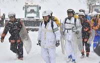 山頂付近の捜索に向かう警察官ら=群馬県草津町の草津国際スキー場で2018年1月24日午前10時4分、藤井達也撮影