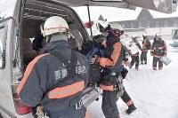 山頂付近の捜索が中止となり車に荷物を積み込む消防隊員たち=群馬県草津町の草津国際スキー場で2018年1月24日午後0時50分、藤井達也撮影