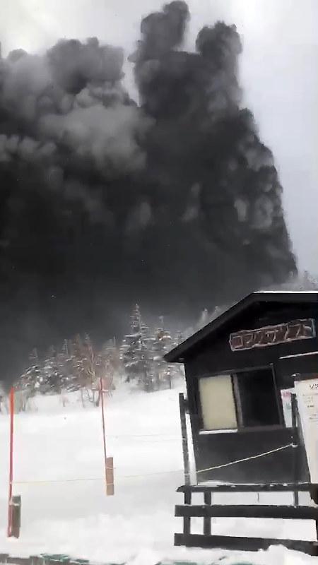草津白根山噴火 噴石で陸自隊員1人死亡 11人重軽傷 毎日新聞