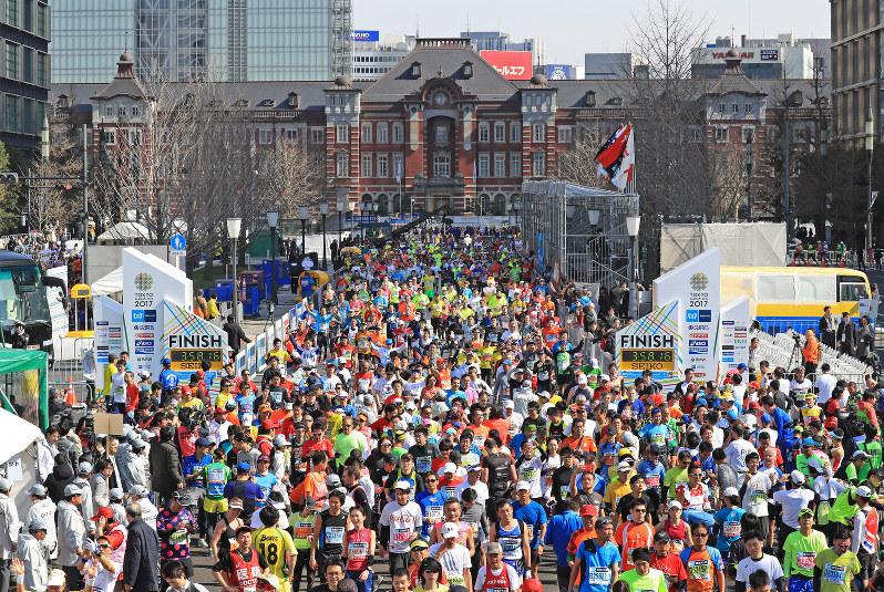 2017年の東京マラソンで、東京駅前のゴールへ次々とフィニッシュするランナーたち=東京都千代田区で2017年2月26日、梅村直承撮影
