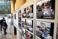 震災直後と復興した街並みを撮影した大木本美通さんの写真展=神戸市灘区の神戸大で、米山淳撮影