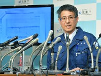 Makoto Saito, head of the Volcanology Division at the Japan Meteorological Agency's Seismology and Volcanology Department, speaks to a press conference about the eruption at Mount Kusatsu-Shirane, at the agency's headquarters in Tokyo's Chiyoda Ward on the afternoon of Jan. 23, 2018. (Mainichi)
