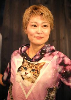 「ネコの裏側」を撮影した写真家の芳澤ルミ子さん=東京都渋谷区で、岡本同世撮影