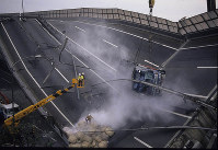 横倒しになった高速道路=神戸市東灘区あたりで1995年1月17日、長島義明さん撮影