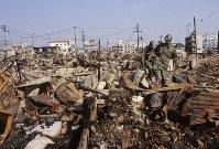焼け落ちた街、神戸市長田区で=1995年1月20日過ぎ、長島義明さん撮影