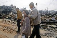 この怒りを誰にぶつけたらいいのか。相手のいない被災に怒りが募るようだ=神戸市長田区で1995年1月20日過ぎ、長島義明さん撮影