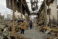 焼け落ちた市場のアーケード=神戸市長田区で1995年1月20日過ぎ、長島義明さん撮影