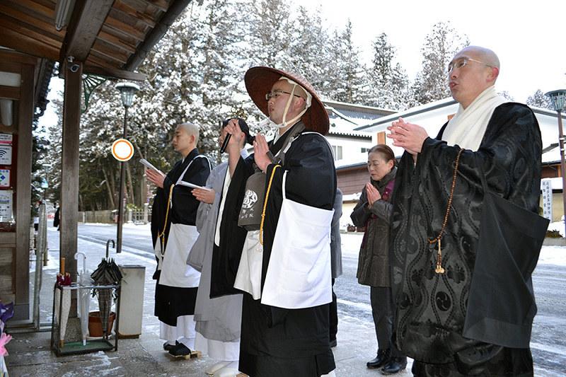 報恩托鉢寒行:雪中に修行僧、般若心経 高野 /和歌山 - 毎日新聞