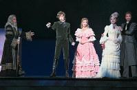 少女漫画「ポーの一族」のキャラクターを忠実に演じる。エドガー役の明日海りお(左から2人目)、メリーベル役の華優希(中央)ら=宝塚大劇場で