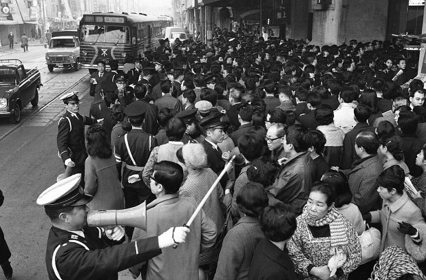 関西50年前:【昭和43年2月29日】国鉄の順法闘争 - 毎日新聞