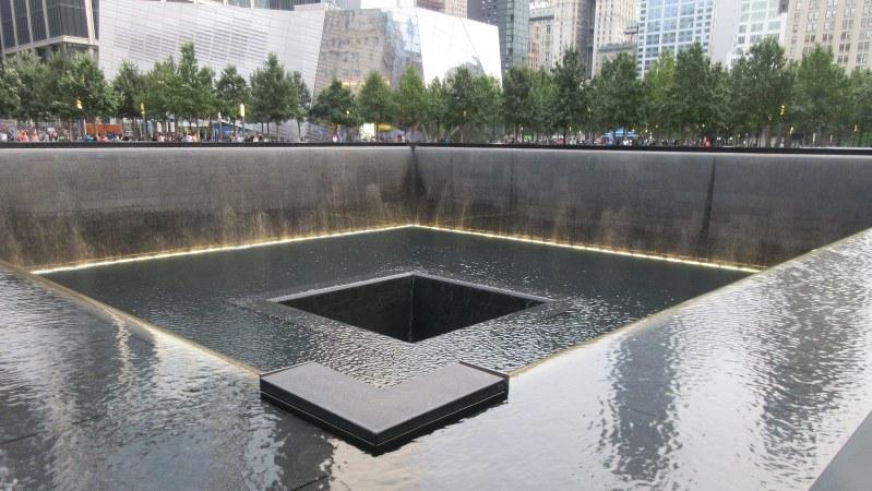 ニューヨーク・テロの地に完成した犠牲者を悼む記念碑。ツインタワーの建っていた場所にそれぞれ同じものが設けられている(写真は筆者撮影)
