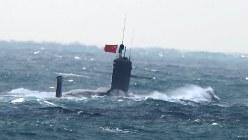 東シナ海で浮上し、中国国旗を掲げる潜水艦(防衛省提供)