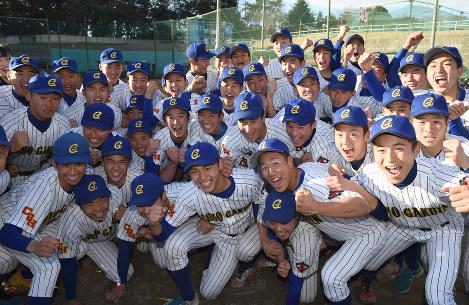 センバツ出場が決まり喜ぶ中央学院の選手たち=千葉県我孫子市の同校グラウンドで2018年1月26日午後3時26分、丸山博撮影-photo