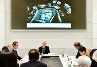 原爆資料館本館の展示内容を議論する委員ら=広島市中区で、山田尚弘撮影
