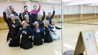 姜輝鮮先生追悼の会で披露する演舞を練習する教え子らは、遺影に見守られていた=金光敏さん撮影