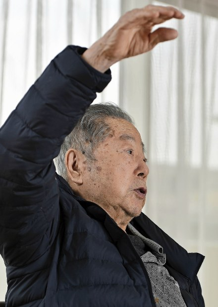 Zenjiro Sakaguchi tells of his experiences after the A-bombing of Hiroshima in Suita, Osaka Prefecture, on Jan. 16, 2018. (Mainichi)