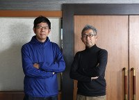 ポーズをとる小笠原博毅・神戸大教授(右)と武田砂鉄さん=東京都千代田区で