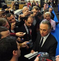 W杯組み合わせ抽選会前の記者会見後、報道陣に詰め寄られるムトコ副首相(右端手前)