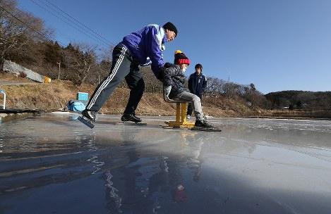 田んぼに水をまき凍らせたリンクで滑走を楽しむ子供たち=福島県川俣町で2018年1月20日午前9時59分、小出洋平撮影