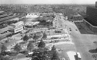 まだボンネットバスが見られた西口バスターミナル。京王百貨店や現在の小田急百貨店などはまだ建っていなかった(1963年)