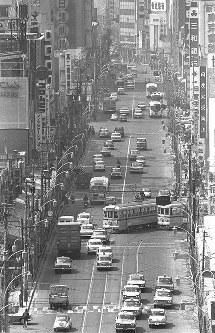 新宿3丁目付近から見た都電が走る新宿通り。奥が駅東口方面=東京都新宿区で1965年、写真家の中谷吉隆さん撮影