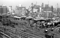 新宿駅南口付近。旧国鉄の広大な新宿貨物駅があった。現在は高島屋と東急ハンズが建つ=東京都新宿区で1965年、写真家の中谷吉隆さん撮影