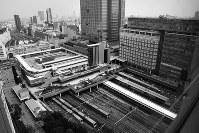 現在は新宿高島屋と東急ハンズなどが入ったビルが建つ。中央はバスターミナルの新宿バスタ=東京都新宿区で2017年、写真家の中谷吉隆さん撮影