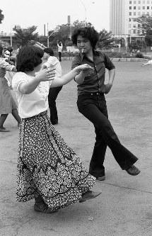 西口の新宿中央公園の噴水広場は各種のイベントが開かれるようになった。この日は若者たちがフォークダンスを楽しんでいた=東京都新宿区で1977年、写真家の中谷吉隆さん撮影