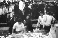新宿は昔から早稲田大学の学生の町だった。六大学野球で勝利後、歌舞伎町にあったコマ劇場前の噴水池に飛び込み、青春をおう歌していた=東京都新宿区で1982年、写真家の中谷吉隆さん撮影