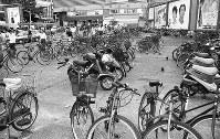 自転車ブームの到来で、整備されつつあった新宿東口広場はいつの間にか自転車置き場と化していた=東京都新宿区で1994年、写真家の中谷吉隆さん撮影