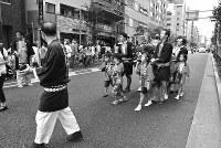 新宿副都心が誕生し、地上げがされて次々と民家が消滅した。少子化時代とともに旧淀橋町内会の子供みこしの参加者も減った=東京都新宿区で2012年、写真家の中谷吉隆さん撮影