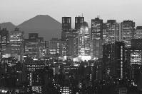 新宿副都心の高層ビル群と霊峰富士のシルエットが描き出す構図は日本一の都市景観をつくりり上げる=2017年 写真家の中谷吉隆さん撮影