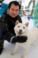 鈴木俊二さんとコロ=札幌市手稲区で2017年12月28日、梅村直承撮影