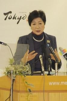 Tokyo Gov. Yuriko Koike discusses the Tokyo Metropolitan Government's fiscal 2018 budget draft at a press conference in Tokyo's Shinjuku Ward, on Jan. 26, 2018. (Mainichi)