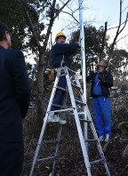 ごみの不法投棄を監視する防犯カメラの設置作業